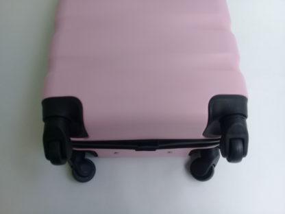 chemodan-dorozhnyj-s-davinci-light-pink-foto-koles